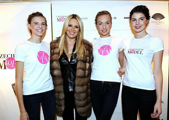 Věřili byste, že modelky z Czechoslovak Models jsou o víc než dvacet let mladší než Simona?