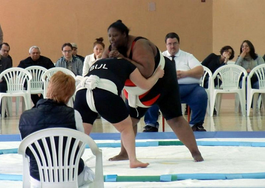 Sharran Alexander při zápasu sumó.