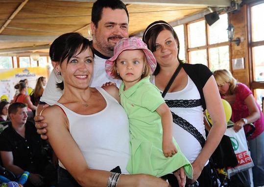 Lenka Novotná s dcerou Ester, bratrem Pavlem a jeho těhotnou partnerkou.