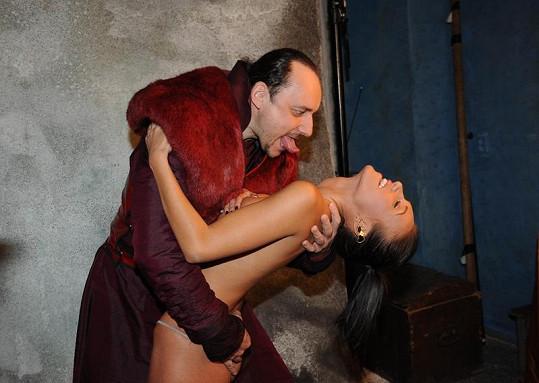 Jako správný upír se Marián snažil dostat ke krku Táni Makarenko.