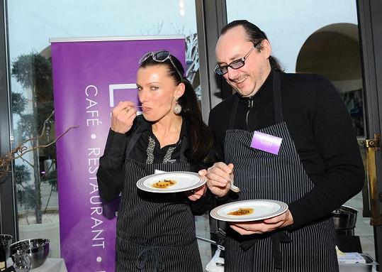 Marián Vojtko a Alice Bendová si pochutnávali na skvělém jídle.