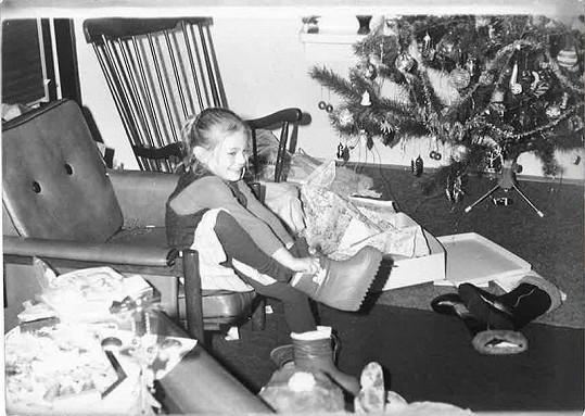 Lucie Borhyová jako malá holčička u vánočního stromečku.