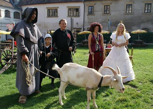 Karel Gott si zábavné odpoledne ve Starých Hradech užil.