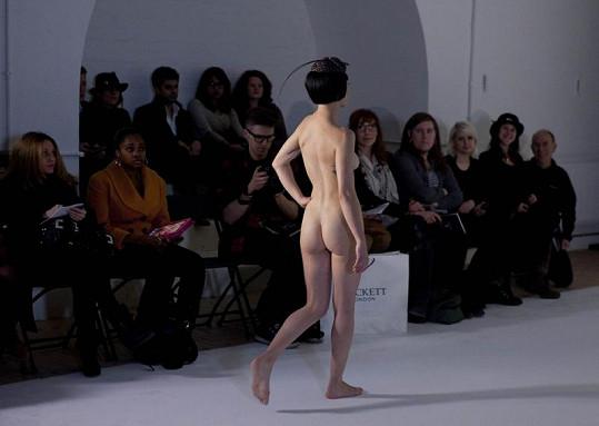 Lidé v hledišti chvíli nevěděli, co si o netradiční módní show myslet.