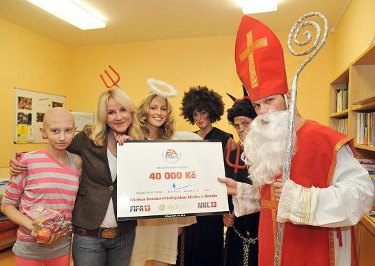 Vendula Svobodová převzala z rukou celebrit šek na 40 000 Kč.