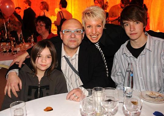 Dcera Vanda, Zdeněk Švarc, Marcela Březinová a její syn Honza na archivním snímku.