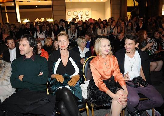 Daniela Peštová v hledišti Prague Fashion Weekendu s manželem a synem.