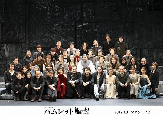 Autor muzikálu Janek Ledecký s celým japonským ansámblem na jevišti.