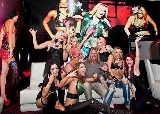 Vince Neil a striptérky v jeho klubu Girls, Girls, Girls.