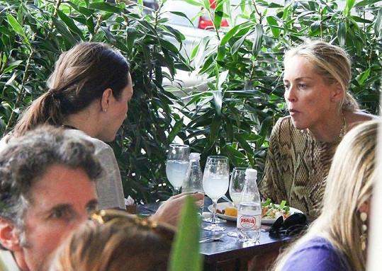 Sharon s kamarádkou na obědě v Brazílii.