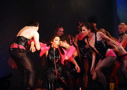 Vystoupení doprovázejí náročné choreografie se spoře oděnými tanečníky.