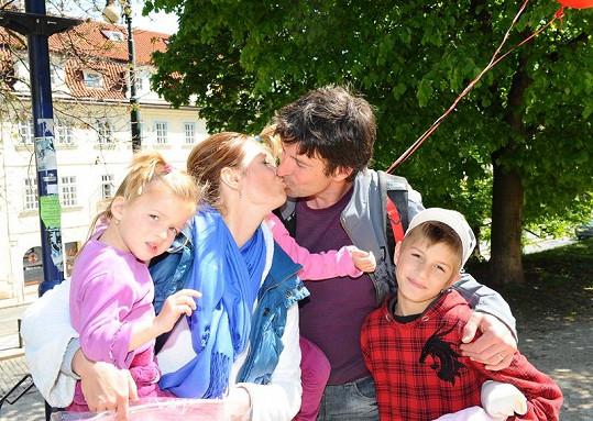 Hanka Kynychová s manželem a dětmi.
