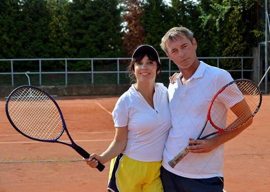 Nela Boudová a Jiří Dvořák to rozjeli na tenisovém kurtu.