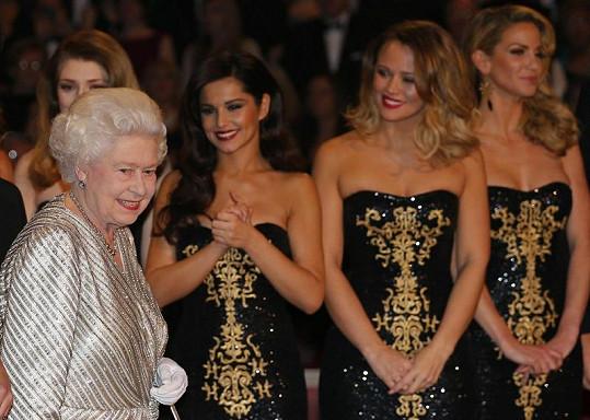 Britská královna a za ní skupina Girls Aloud.