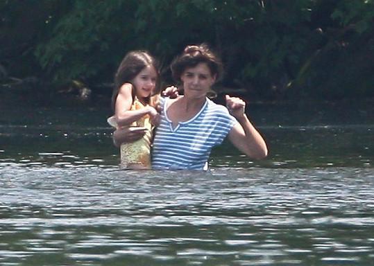 Katie Holmes se se Suri osvěžovala v jezeře.