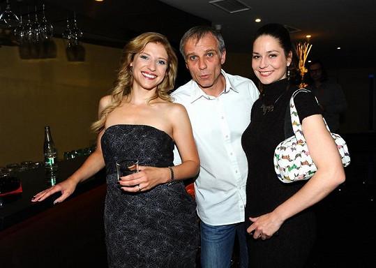 Klára s kolegy Jitkou Ježkovou a Lukášem Vaculíkem, s nimiž si zahrála ve filmu Tady hlídám já.