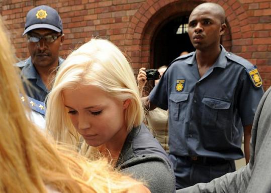 Amelia Spencer v doprovodu ochranky a policie v Kapském městě, kde žije se svou matkou a sestrami.