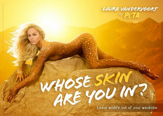 Laura Vandervoort jako ještěrka v kampani pro organizaci PETA.