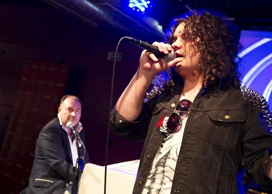 Jakub zazpíval na večírku Hlasu za doprovodu Michala Davida.