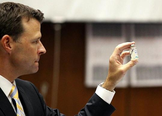 David Walgren z úřadu státního návladního ukazuje lahvičku s propofolem.