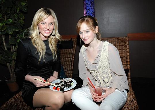 Nikol Moravcová s Terezou Vágnerovou ochutnaly sushi.