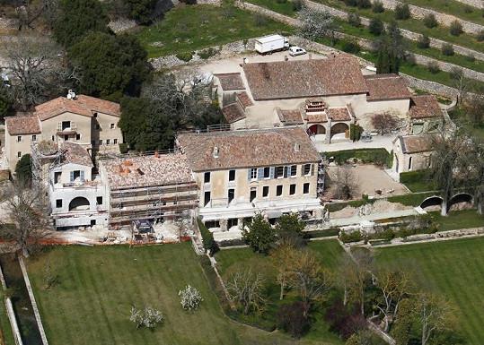 Hrad Miraval v jižní Francii, kde kam nechal Brad Pitt přivézt šest poníků.