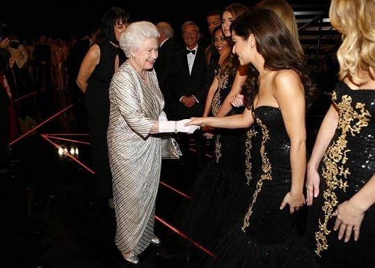 Cheryl Cole se zdraví s Alžbětou II.