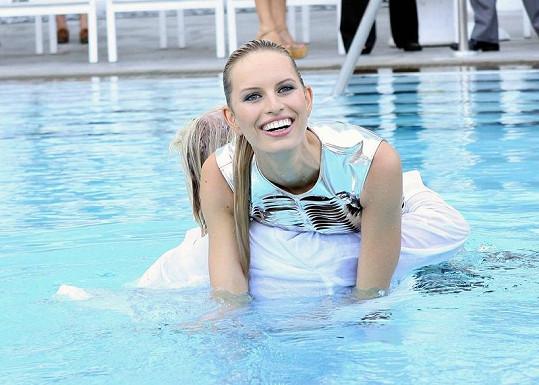 Modelka si v bazénu užívala.