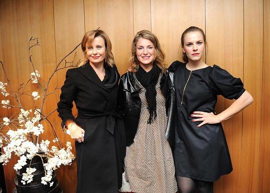 Jitka Schneiderová, Lenka Krobotová a Petra Nesvačilová na přehlídce účesů v salonu Petry Měchurové.