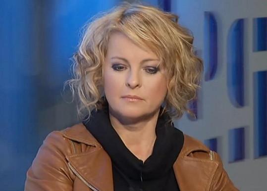 Iveta Bartošová prý doma upadla a poranila si hlavu.