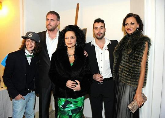 Lucie Bílá s partnerem, synem, exmanželem Václavem Noidem Bártou a jeho snoubenkou Eliškou Bučkovou.