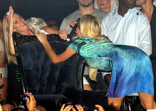 Odvážné pohyby jedné z nejslavnějších blondýnek světa.