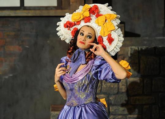 V první části muzikálu má Monika hodně barevný kostým.