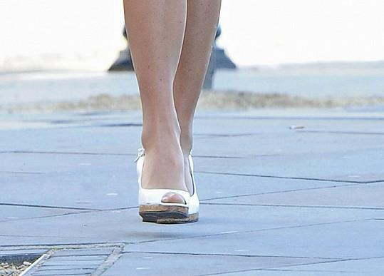 To jsou ony, oblíbené bílé boty.