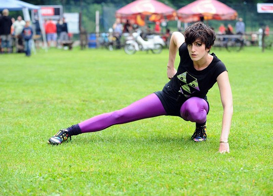 Klára Vytisková na fotbalovém trávníku.