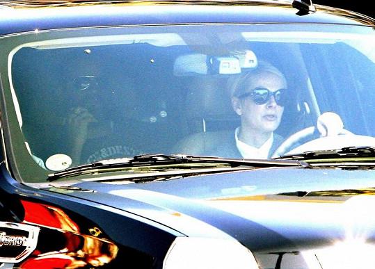 Asistentka odváží Jennifer a Justina domů.