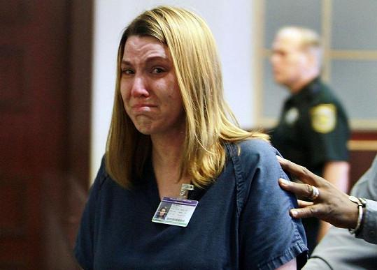 Amanda Brumfield odchází s pláčem ze soudní síně.