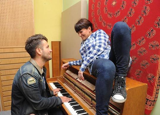 Marta Jandová se umí na pianě krásně rozvalit.