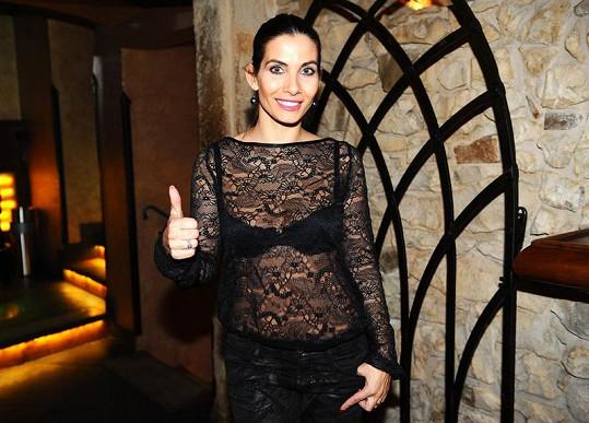 Eva Decastelo vážně nevypadá jako dvojnásobná mamina.