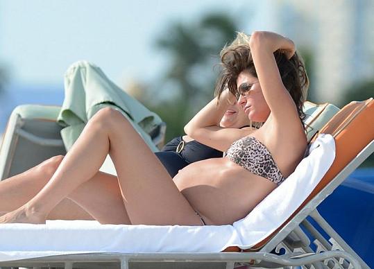 Modelka se vydala relaxovat na pláž.