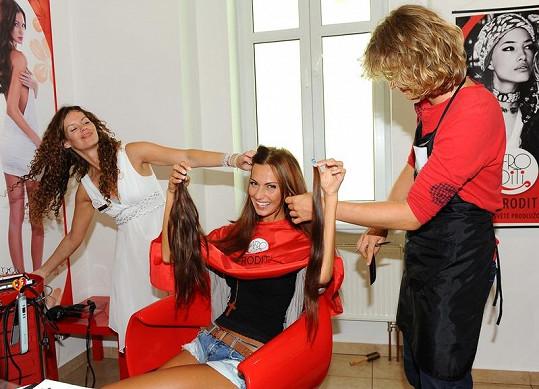 České Miss 2008 naplétají ty nejdelší vlasy, které jsou v nabídce.