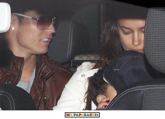 Fotbalista s přítelkyní Irinou Shayk a synkem v autě.