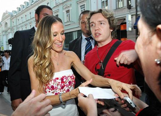 Sarah Jessica Parker v zajetí fanoušků na moskevské ulici.