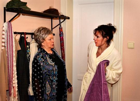 Díky Bářině zranění je ohroženo natáčení seriálu Obchoďák, kde má herečka hlavní roli.