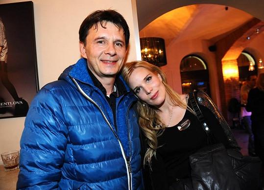 Jan Šťastný manželku na párty Diamond lashes vyzvednul.