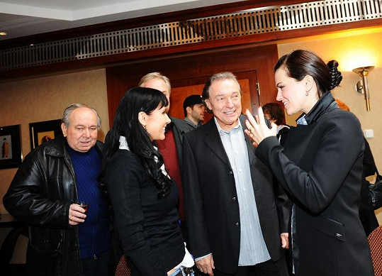 Karlu Gottovi se dostalo uvítání nejprve od Martiny a Marty Jandové.