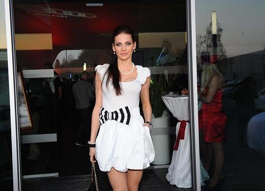 Tričko měla Verešová z obchodního řetězce, sukně je Anima Tua