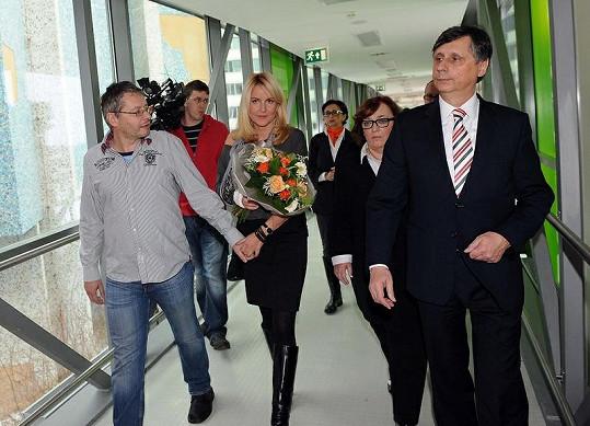 Vendula s přítelem a Fischerovými při příchodu na dětskou onkologii v Motole.