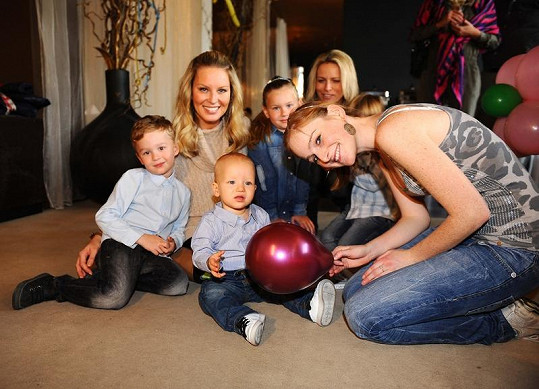 Simona s Kájou, Maxem, švagrovou Terezou a kamarádkami s dětmi.