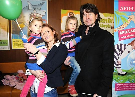 Hanka Kynychová s manželem a dvojčaty.